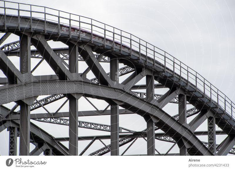 vom Biegen und Streben Brücke Stahl Bogenbrücke Konstruktion Architektur Eisen Hafen Hängebrücke Brückenkonstruktion Metall Rundbogen Technik Stahlträger