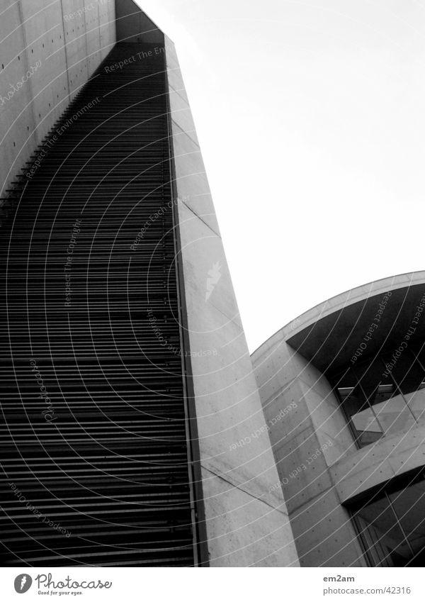 POSTMODERN schwarz weiß Regierungssitz stürzend kalt Beton Furche graphisch Fenster rund horizontal Politik & Staat Architektur Berlin Linie leer Punkt Bogen