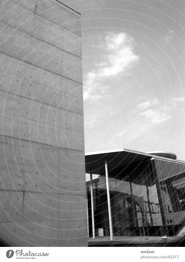Zwiegespalten Politik Himmel weiß Sonne schwarz Wolken kalt Berlin Fenster Mauer Linie Architektur Hintergrundbild Beton leer rund Punkt