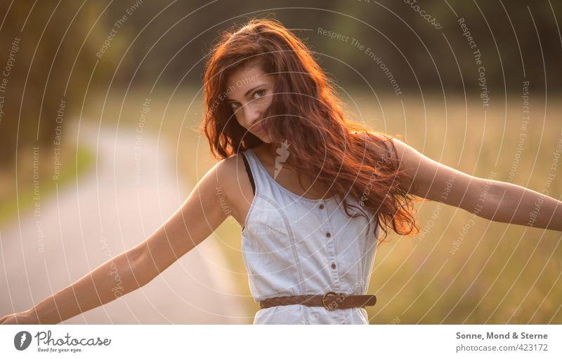 Rotate Mensch Natur Jugendliche Junge Frau Erwachsene 18-30 Jahre Wiese feminin Gras Wege & Pfade Freiheit Glück natürlich Feld Zufriedenheit frei
