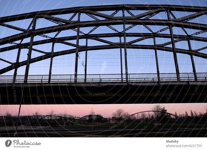 Deutschherrnbrücke mit Honsellbrücke und Osthafenbrücke im Hintergrund im Licht der untergehenden Sonne im Ostend von Frankfurt am Main in Hessen Brücke