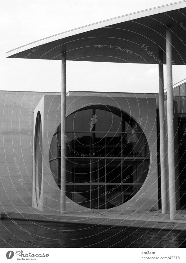 Formen des Alltags schwarz weiß Regierungssitz stürzend kalt Beton Furche graphisch Fenster rund horizontal Politik & Staat Dreieck Spree Architektur Berlin