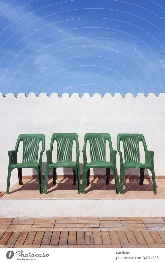Zwischenräume | Zwischen den Stühlen sitzen Stuhl Plastik Grün Dachterrasse Sommer Sonne Urlaub Podest Fliesen Holz Holzboden Wand Dachziegel Reihe 4 Vier leer