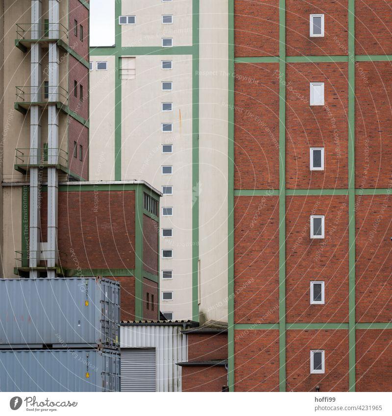 Lagerhäuser im Hafen Lagerhalle Lagerhaus industriell geschlossen Industrie Handel Gewerbe Ladung Container Transport Fluchttreppe Spedition Versand Verkehr