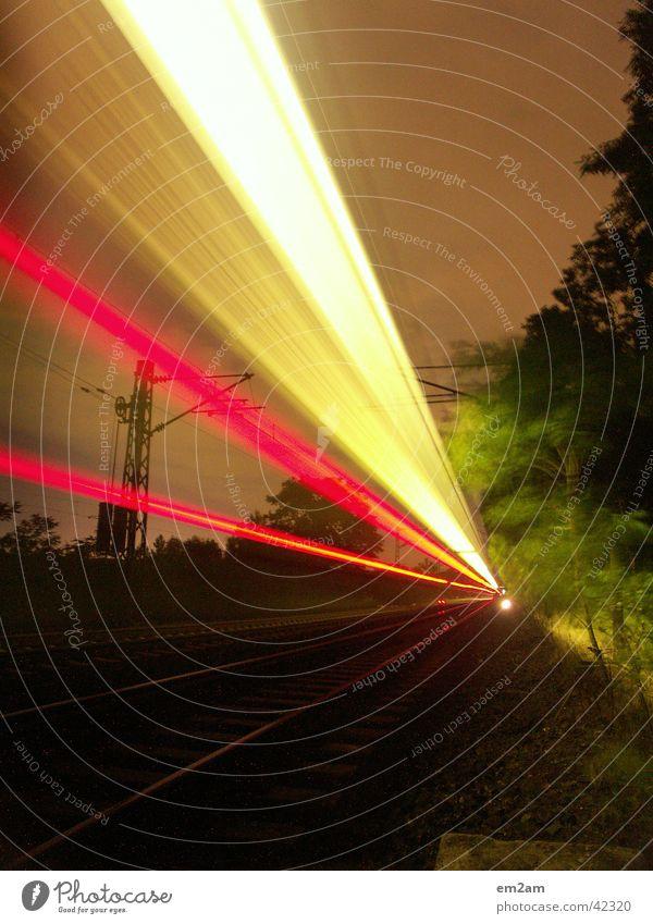 FASTER Eisenbahn Nacht Licht Geschwindigkeit gelb rot grün Langzeitbelichtung langsam Verkehr verschlusszeit