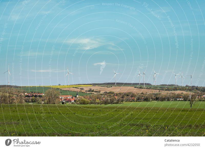Liebliche, leicht hügelige Landschaft, mit Dorf, Felder, Wald und Windräder an einem schönem Frühlingstag Natur Landaschaft Windkraftanlage Energie Strom