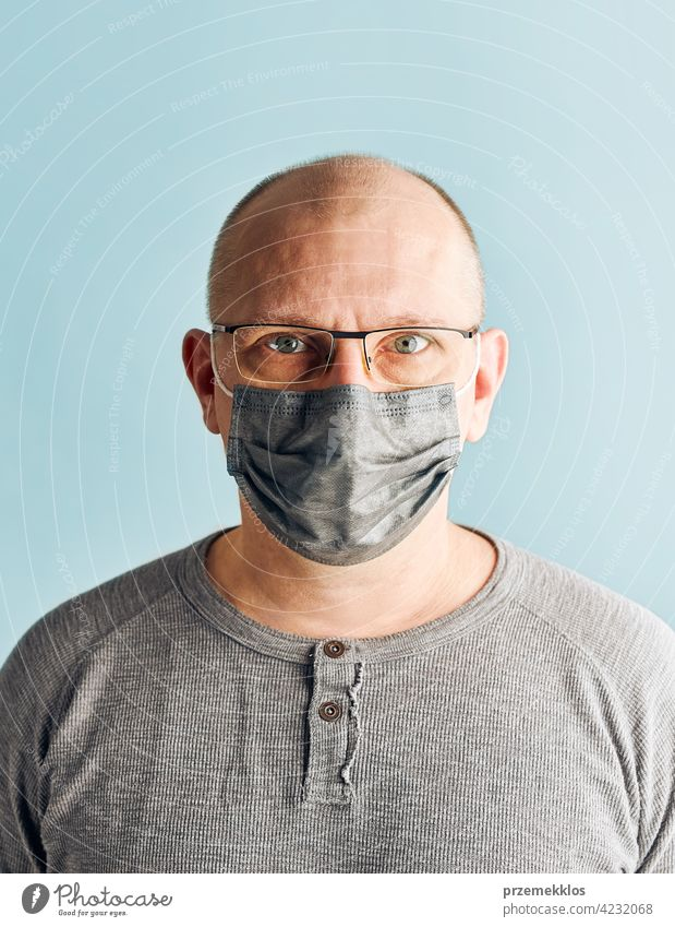 Männlicher Patient mit Gesichtsmaske. Tragen einer medizinischen Maske zum Schutz vor dem Coronavirus Covid-19 während der Pandemie covid-19 Person Mundschutz