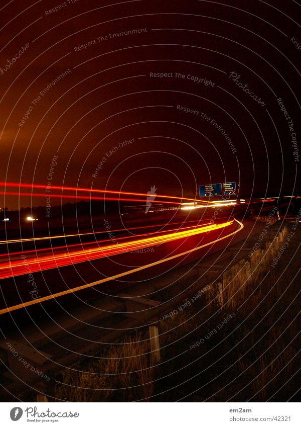 BRUMmmmm Autobahn Nacht Licht Geschwindigkeit gelb rot grün Langzeitbelichtung langsam Würstchen Verkehr verschlusszeit Rücken
