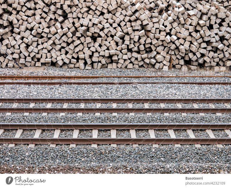 Bahngleise mit gestapelten Bahnschwellen aus Beton im Hintergrund Gleis Bahnschienen Schwellen Stapel Haufen Verkehr Eisenbahn Gleise Schienen Schienenverkehr