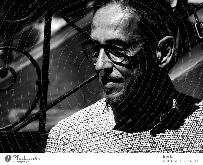 Ein alter Mann im Sonnenlicht Frühling Gesicht Brille Porträt Sonnenschein Hemd Treppe