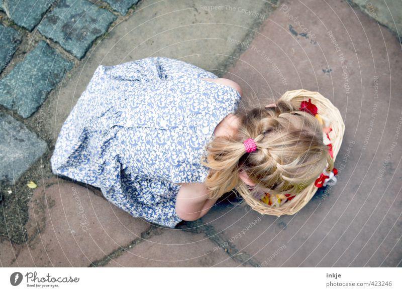 Blumenmädchen I Mensch Kind Mädchen Leben Haare & Frisuren Feste & Feiern Körper blond Kindheit Rücken Hochzeit Kleid Kleinkind langhaarig Blütenblatt Zopf