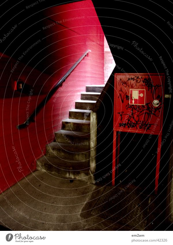 one way in red rot Dreieck alternativ Graffiti Architektur licht feuer löscher Treppe gländer Perspektive grafitti