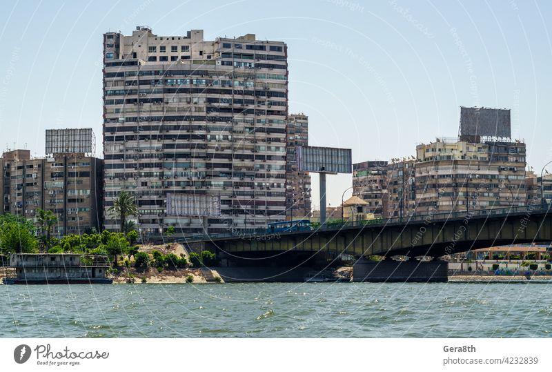 Slumhäuser von Kairo am Ufer des Nils in Ägypten Abenteuer Klimaanlage Architektur Bettler blau Boot Brücke Gebäude Bus Kapital Großstadt Stadtbild Tag