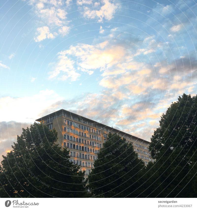 dramatischer Hoffnungsschimmer Architektur Grindelhochhaus Wolken Himmel Abend Sonnenuntergang Dämmerung Außenaufnahme Menschenleer Licht schimmern spiegeln