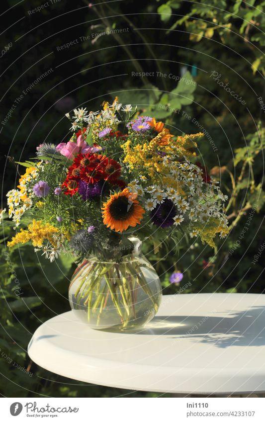 Blumenstrauß aus dem Garten Hochsommer Glasvase Duft Sommer bunt Tisch Astern Sonnenblumen Sonnenbraut Disteln Goldrute Mutterkraut Blumenschmuck Hobby