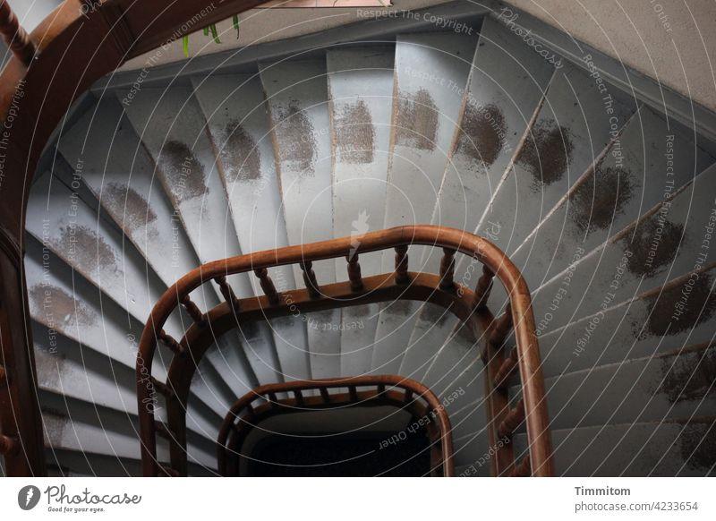 Das Auf und Ab hinterlässt Spuren Treppe Treppenstufen Geländer Abnutzung Farbe Holz Treppengeländer Menschenleer aufsteigen absteigen aufwärts abwärts