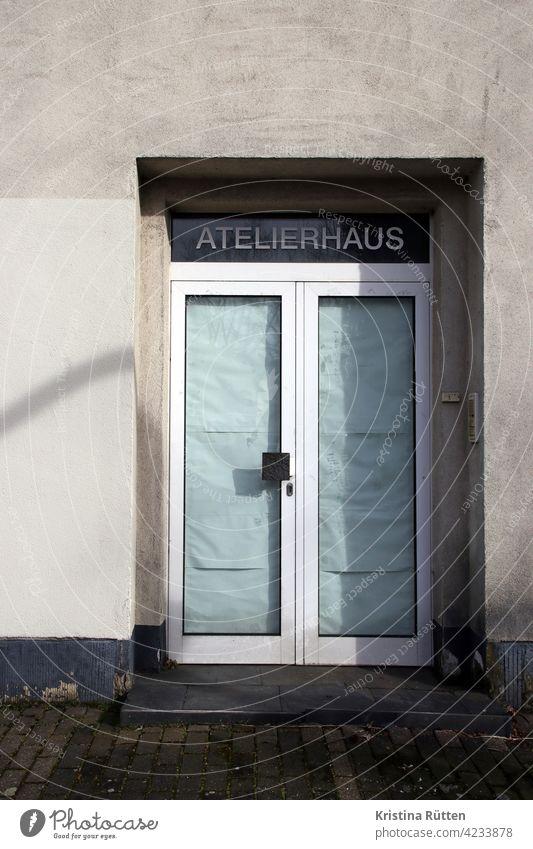 verlassenes atelierhaus tür eingang glastür abgeklebt beschriftung ateliers werkstätten studios räume raum künstler kunstraum kunsthaus zu geschlossen leer