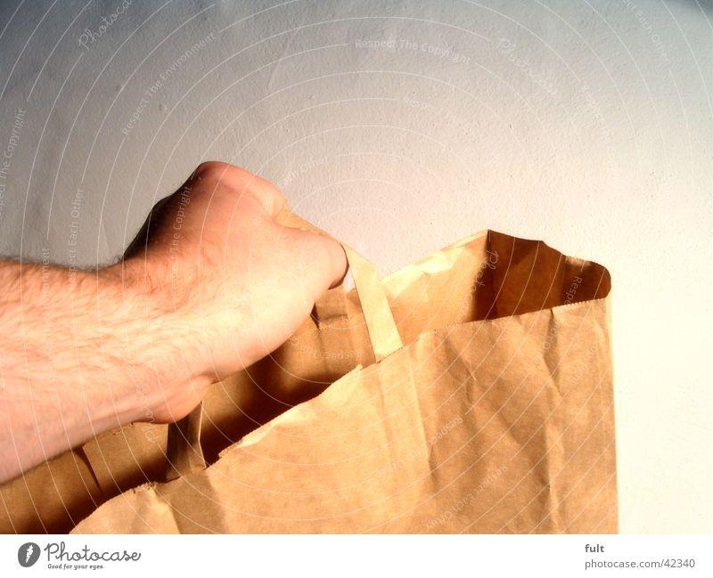 voll machen Hand Wand Arme leer Papier Dinge festhalten fangen Tasche reich Griff tragen links geben Einkaufstasche