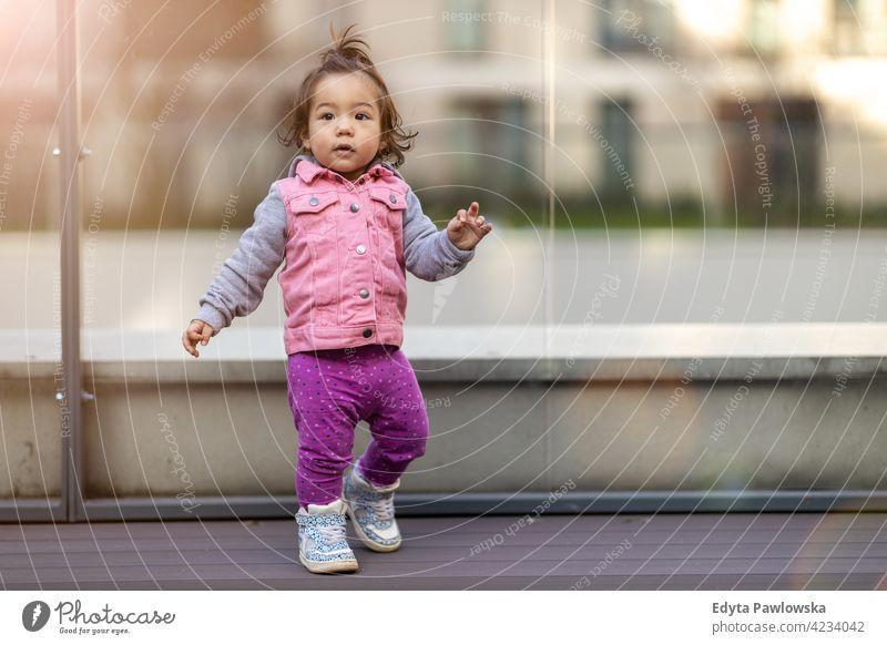 Kleines Mädchen im Freien asiatisch Vietnamesen Baby Kind Säugling bezaubernd schön Kinderbetreuung Kindheit Ausdruck Gesicht niedlich wenig klein ruhig