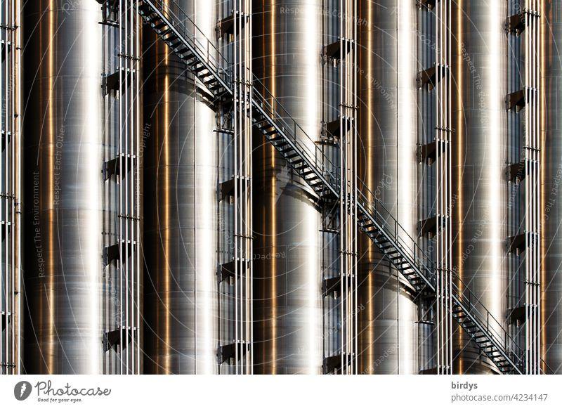 Treppe an einer Industrieanlage, Industriesilos aus Edelstahl, formatfüllend Silos Industriegebäude hoch Chemieindustrie Metall Industriefotografie Lagerung