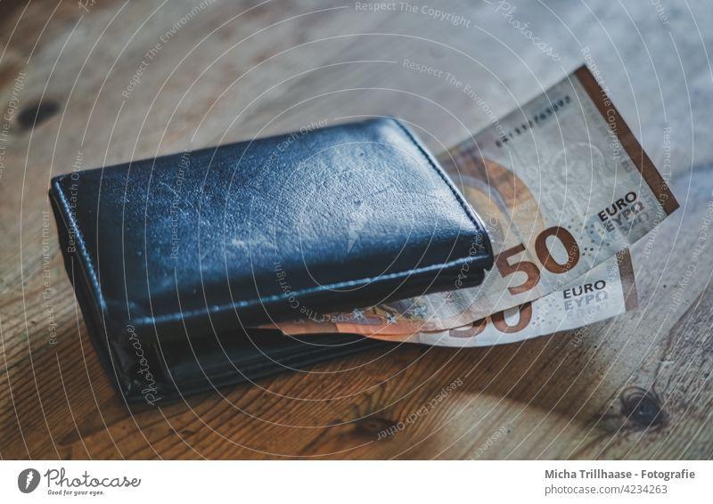 Portmonee mit Euroscheinen auf dem Tisch Geldbörse Geldscheine Eurozeichen Wert Billig Armut bezahlen kaufen sparen reich geizig Reichtum Zukunftsangst Handel