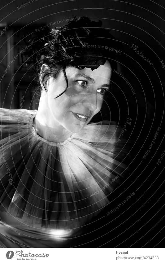 Frau in der Dunkelheit IV Gesicht Tüll romantische Haltung Tüllkragen Licht & Schatten Sitz schwarz auf weiß Innenbereich Porträt Lächeln Glück heimwärts
