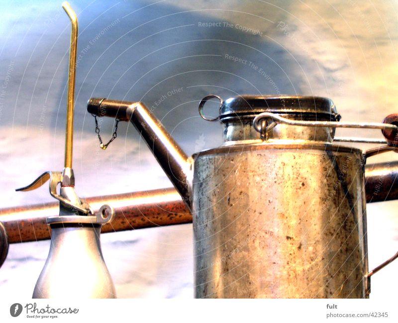 ölkanne alt Wand grau Metall Industrie rund stehen Erdöl silber Hals Werkzeug Griff Gully Kannen gebraucht Behälter u. Gefäße