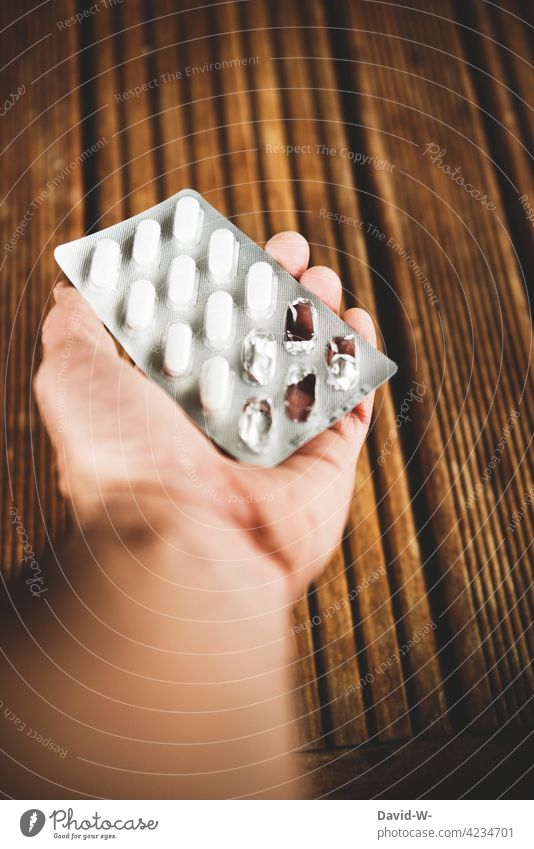 Mann hält Tabletten in der Hand Gesundheit Krankheit krank Medizin Gesundheitsproblem Medikament halten Behandlung