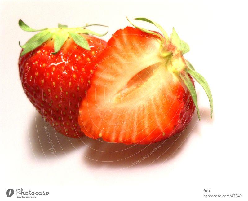erdbeeren Vitamin rot Fruchtfleisch geschnitten frisch lecker Ernährung nebeneinander berühren weiß Kerne Hälfte Gesundheit Erdbeeren Makroaufnahme Lebensmittel