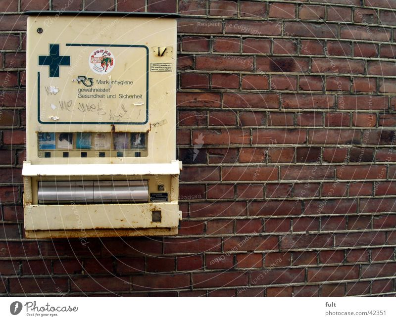 automat Zigarettenautomat Wand gelb Plus Schublade Dinge Backstein Mauer hängen Fassade Maschine Automat Industrie Metall alt cigarette machines old Konsum