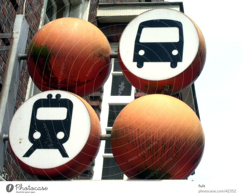 bus und bahn Haus Wand oben Zusammensein orange Metall Eisenbahn Industrie Kreis Werbung Kugel Kunststoff Symbole & Metaphern Bus
