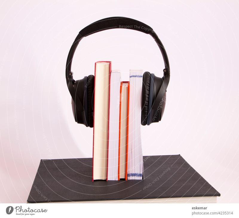 Hörbücher Buch Hörbuch Literatur lesen hören Ohrhörer kopfhörer Textfeiraum Audio Hörspiel verrotten weiss weisser hintergrund akustisch niemand menschenleer
