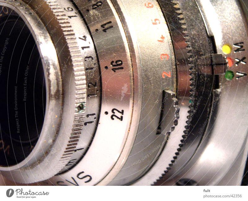 kamera Ziffern & Zahlen rund Relief grau rot grün gelb Entertainment Fotokamera Objektiv Einstellungen Furche Metall Punkt Linse Schilder & Markierungen