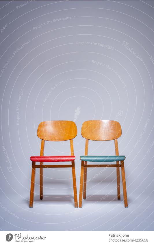 Stühle auf weiß Alte Stühle Vintage Antik Blauer Stuhl Roter Stuhl Studio Weiß Wartezimmer Menschenleer Sitzgelegenheit Sitzreihe Bestuhlung Stuhlreihe