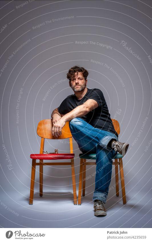 Mann mit Burnout erschöpft Stühle Vintage Studio Studioportrait Portrait Warten Im Focus Stellungmahme Studioaufnahme müde Erschöpfung Depression Frustration
