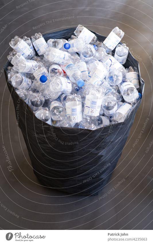Plastikflaschen im Müllsack Plastikmüll Umweltverschmutzung Kunststoff Recycling Kunststoffverpackung Entsorgung Verpackung Umweltschutz Textfreiraum abholen