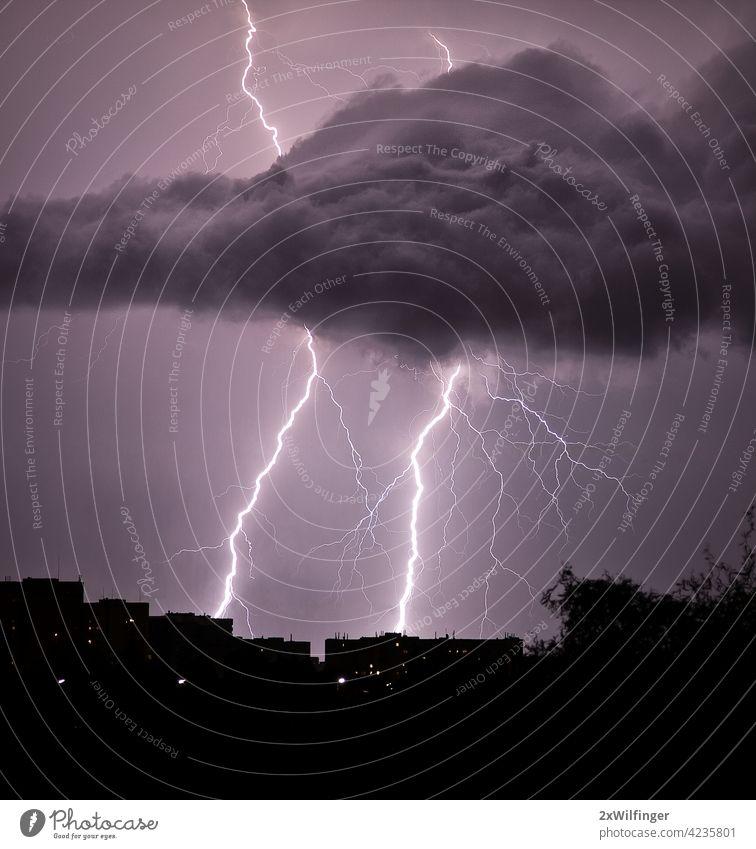 Gewitter über der Stadt in der Sommernacht Donnern Blitzschlag Nacht Großstadt Wetter Ozon Wien Air Angst Atmosphäre August Hintergrundbeleuchtung schlecht hell