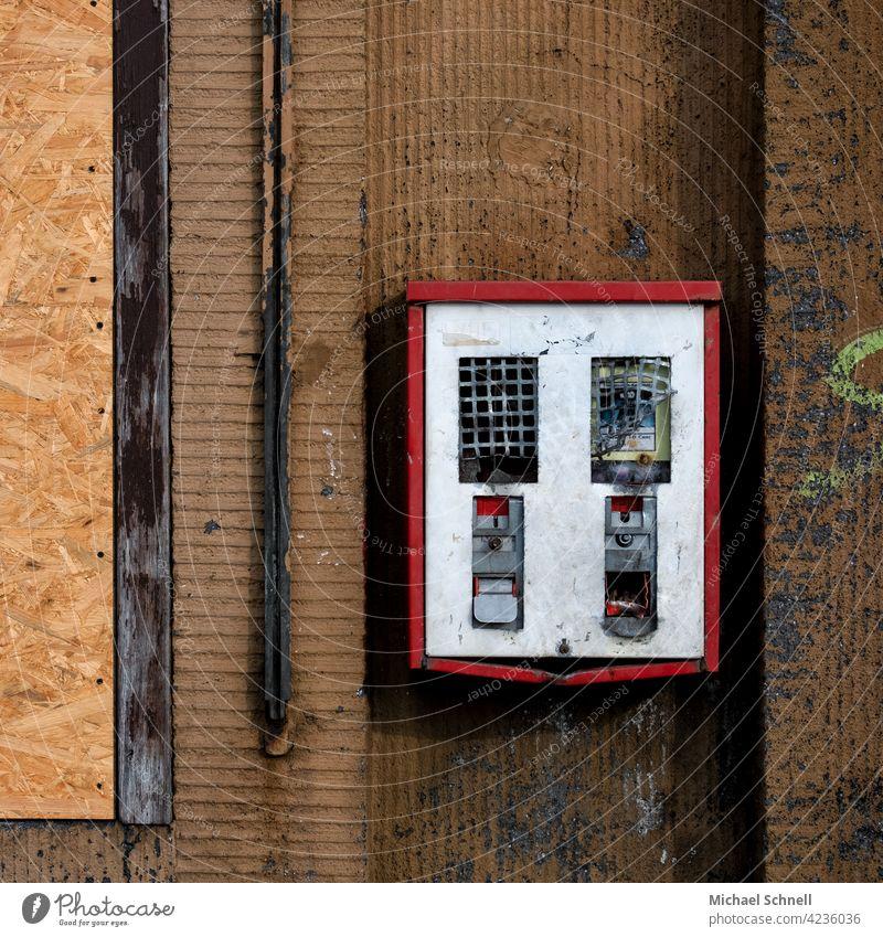 Alter, defekter Kaugummiautomat - noch ganz analog Nostalgie Süßwaren Automat Kindheit retro alt Wand Erinnerung früher kaputt Vergangenheit sentimental Gefühle