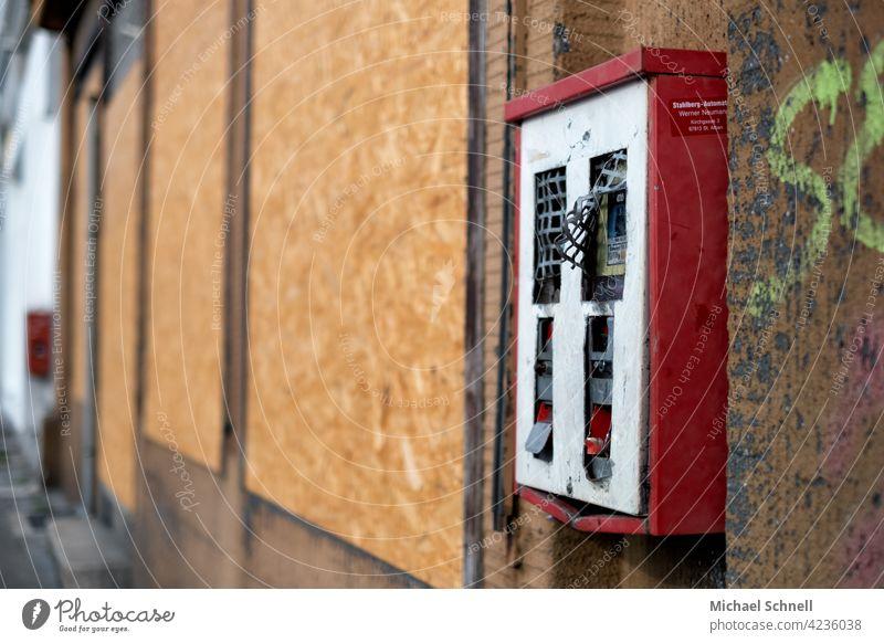 Alter, defekter Kaugummiautomat Kaugummikasten alt Automat Süßwaren Kindheit retro Nostalgie Erinnerung Vergangenheit früher Vergänglichkeit sentimental Gefühle