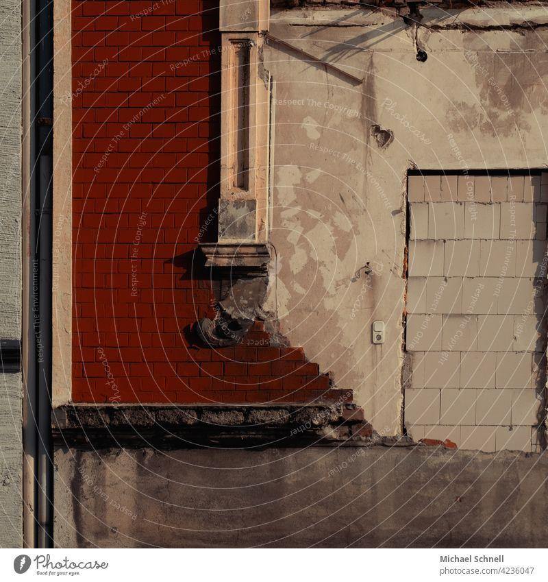 Ausschnitt: Teilweise abgerissenes Haus Abrissgebäude abrissreif alt Verfall zugemauert Zugemauerte Öffnung Vergänglichkeit Ruine Wandel & Veränderung