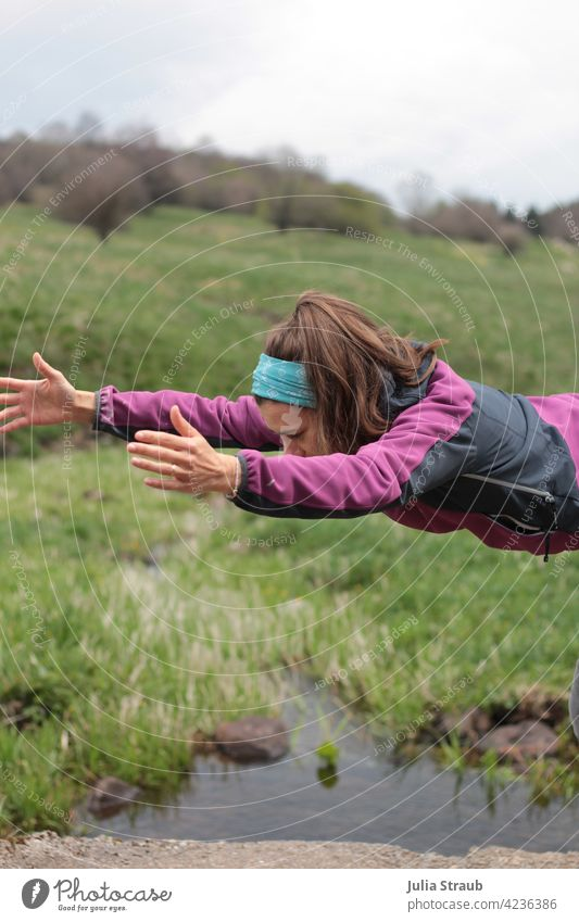 Fliegen durch Raum und Zeit Yoga Halbprofil abgeschnitten lange Haare brünett Frau draußen sein Natur Rhön Naturschutzgebiet Wasser bachlauf Wiese Gras grün