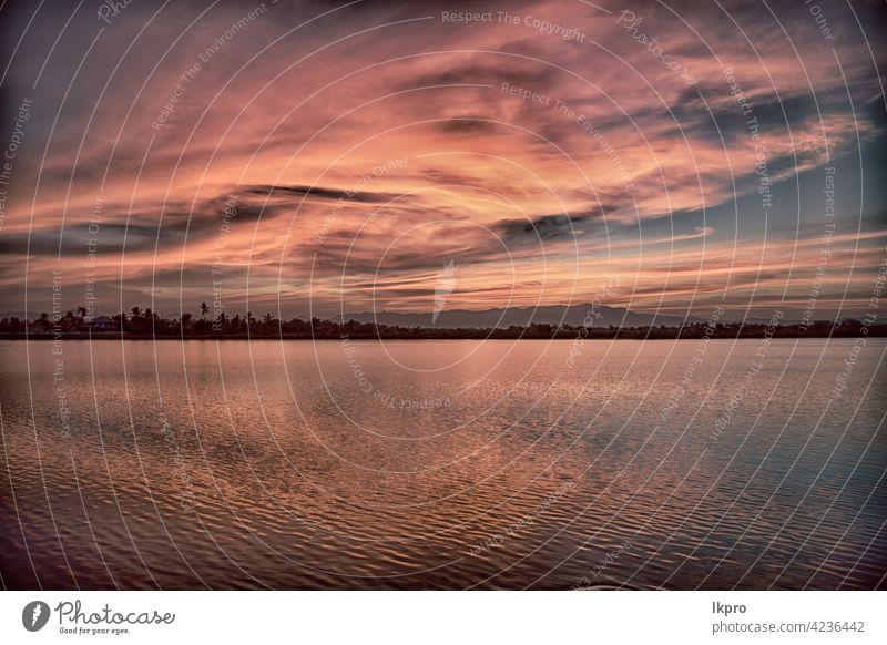 Blick vom Wasser auf den Sonnenaufgang voller Farben Sonnenuntergang rosa rot Himmel MEER Horizont weiß Sommer Landschaft Natur Hintergrund schön