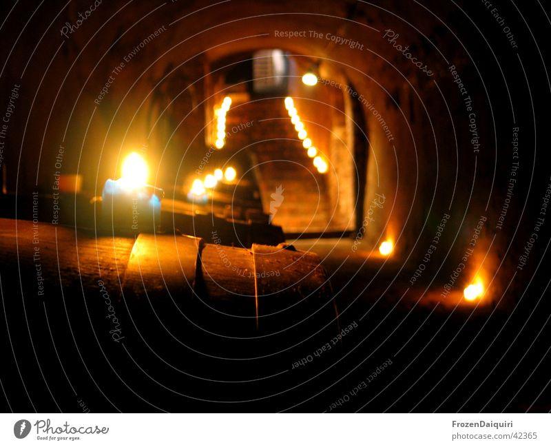 Wie ein Licht in dunkler Nacht dunkel Treppe Landwirtschaft historisch Bogen Kerzenschein Alkohol Weinkeller Weinfass Kellertreppe