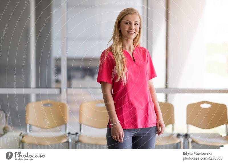 Porträt einer jungen Krankenschwester im Krankenhaus Gesundheitswesen Medizin im Innenbereich Gerät Klinik Wiederherstellung Hilfsbereitschaft medizinisch