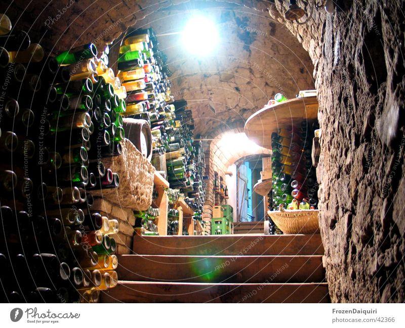Alles leer... Weinkeller dunkel Licht Lampe Weinfass Kiste Weinflasche Korb Basketballkorb Landwirtschaft historisch Scheinwerfer Treppe Bogen Stein wine cellar