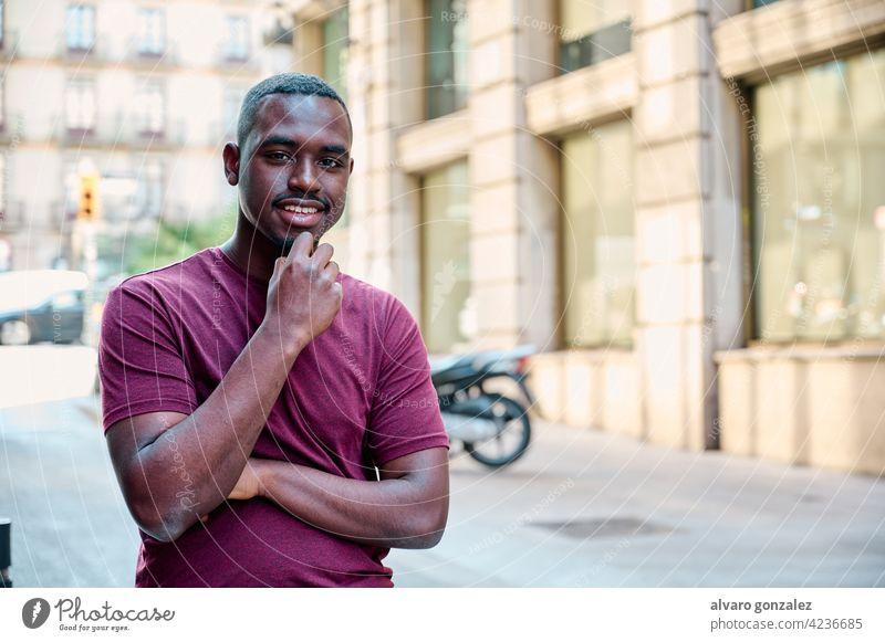 junges afrikanisches amerikanisches Modell schaut direkt in die Kamera Afrikanisch männlich schwarz Amerikaner Erwachsener Porträt gutaussehend lässig attraktiv
