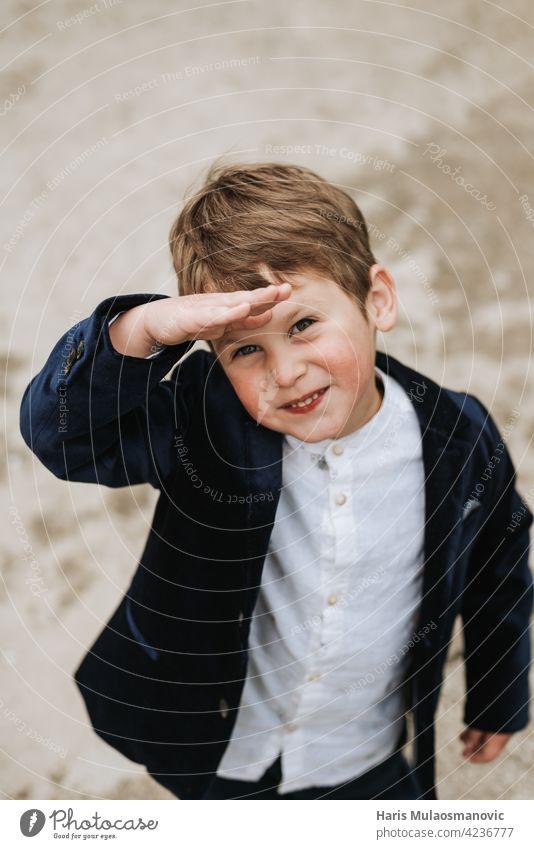 Glückliche blonde 3 Jahre alten Jungen im Anzug suchen oben vor Hintergrund schön strahlende Zukunft Business lässig Kaukasier Kindheit niedlich Bildung Gesicht