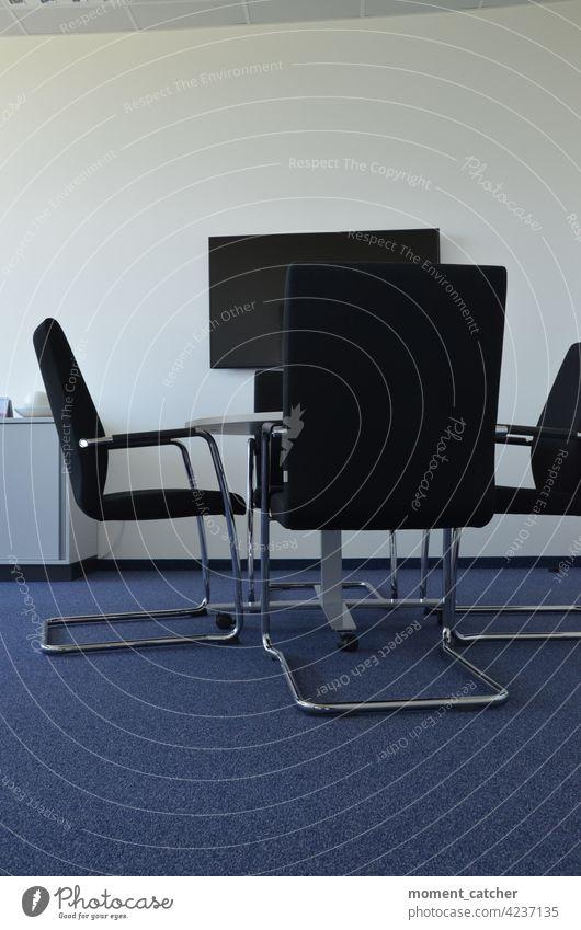 Verlassenes Büro mit 4 Stühlen, Tisch in der Mitte und Bildschirm an der Wand büro Schreibtisch Arbeitsplatz Business Arbeit & Erwerbstätigkeit Farbfoto