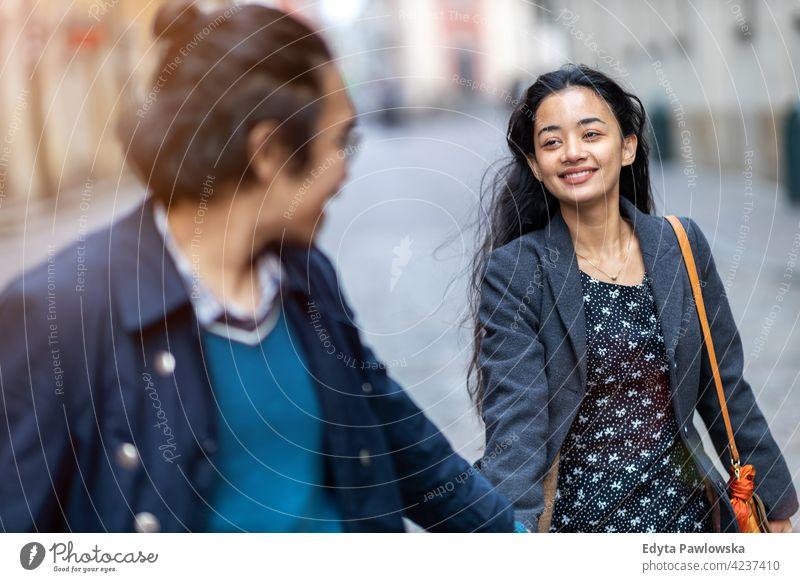 Glückliches junges Paar, das durch die Altstadt spaziert, Warschau, Polen warme Kleidung Herbst fallen Großstadt urban Menschen Frau schön attraktiv Mädchen