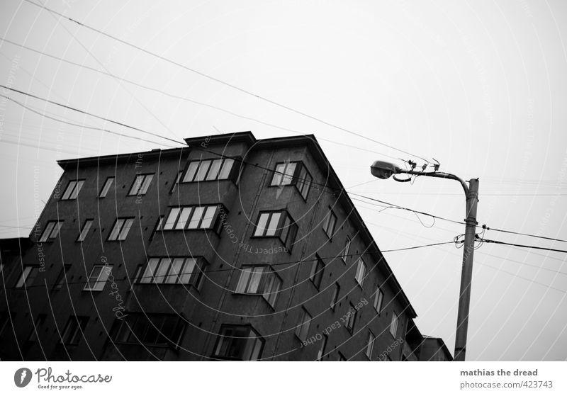 VERDRAHTET Stadt Menschenleer Haus Bauwerk Gebäude Architektur Fenster alt außergewöhnlich bedrohlich dunkel trist Straßenbeleuchtung Kabel Leitung verdrahtet